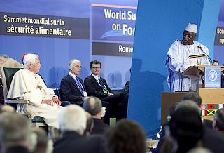 Jacques Diouf dà il benvenuto al Papa