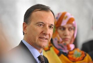 Il ministro degli Esteri italiano, Franco Frattini, con la Mouknass a Nouakchott