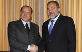 Il Presidente del Consiglio, Silvio Berlusconi, con il ministro degli Esteri israeliano, Avigdor Lieberman