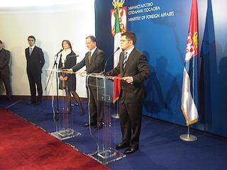 Il ministro degli Esteri italiano, Franco Frattini, con il suo omologo serbo, Vuk Jeremic