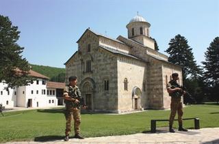 Militari italiani della Kfor di guardia ad un monasteroortodosso in Kosovo
