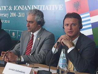 Il ministro degli Esteri greco, Spyros Kuvelis, (a sinistra) e il ministro degli Esteri croato, Gordan Jandrokovic
