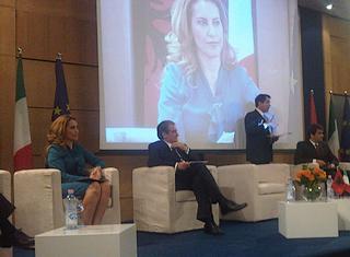 Il ministro dell'Integrazione europea dell'Albania, Majlinda Bregu (prima da sinistra)