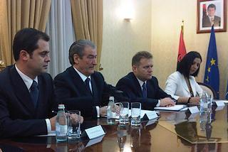 Il premier albanese, Sali Berisha (secondo da sinistra)