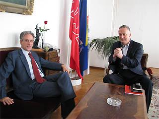 Il leader socialdemocratico Zlatko Lagumdzija e, a sinistra, l'ambasciatore d'Italia a Sarajevo, Raimondo De Cardona