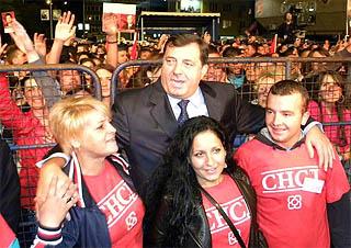 Milorad Dodik festeggia la vittoria con i suoi sostenitori