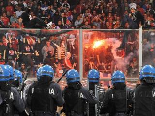 Un'immagine delle violenze allo stadio di Genova
