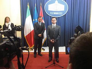 Il ministro degli Esteri serbo, Vuk Jeremic e, in secondo piano, il ministro degli Esteri italiano, Franco Frattini