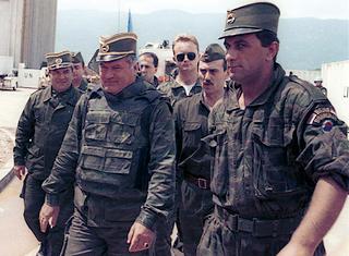 Ratko Mladic all'aeroporto di Sarajevo nel 1993