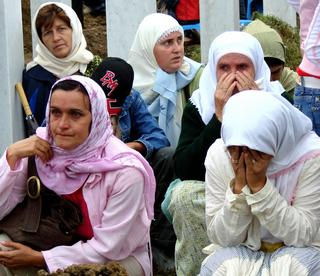 Le donne di Srebrenica piangono i loro morti