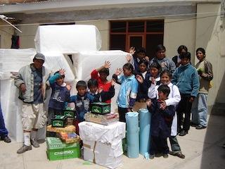 La consegna di kit scolastici in Bolivia