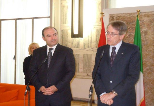 Il ministro degli Esteri albanese Edmond Haxhinasto e l'omologo italiano Giulio Terzi