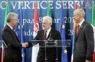 Il premier italiano, Mario Monti, con l'omologo serbo, Mirko Cvetkovic e il presidente serbo, Boris Tadic