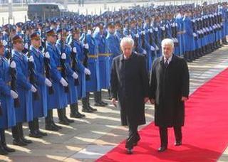 Il premier italiano, Mario Monti, al suo arrivo a Belgrado con l'omologo serbo, Cvetvkovic
