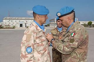 Shama, Libano meridionale, il generale dell'esercito italiano Gaetano Zauner decora i militari sloveni inquadrati nella missione Unifil