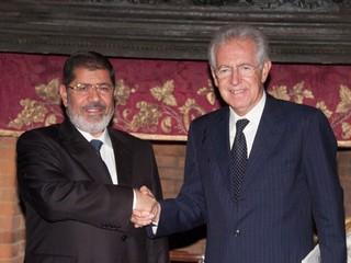 Il presidente egiziano Morsi con Monti