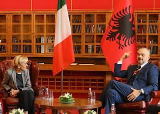 Il ministro degli Esteri italiano, Emma Bonino, con il premier albanese, Edi Rama