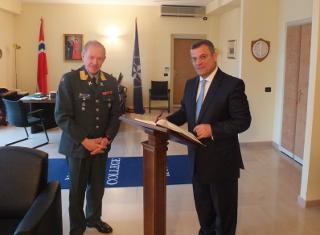 Il ministro della Difesa albanese, Arben Imami, con il luogotenente generale Arne Bard Dalhaug, comandante del Nato defense college
