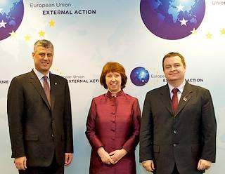 Il premier del Kosovo, HashimThaci, l'Alto rappresentante per la politica estera e di sicurezza dell'Ue, Catherine Ashton, e il premier serbo, Ivica Dacic