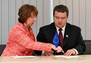 L'Alto rappresentante per la politica estera e di sicurezza dell'Ue, Catherine Ashton, e il premier serbo, Ivica Dacic