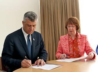 Il premier del Kosovo, HashimThaci, e l'Alto rappresentante per la politica estera e di sicurezza dell'Ue, Catherine Ashton