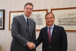 Il vicepremier serbo, Aleksandar Vucic, e l'ex ministro degli Esteri italiano, Franco Frattini