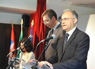 Il vicepremier serbo Aleksandar Vucic (dx) con il ministro della Difesa italiano, Mario Mauro