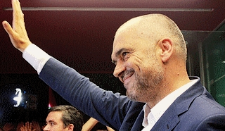 Il leader socialista Edi Rama saluta la vittoria elettorale