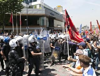 Scontri tra polizia e manifestanti ad Istanbul