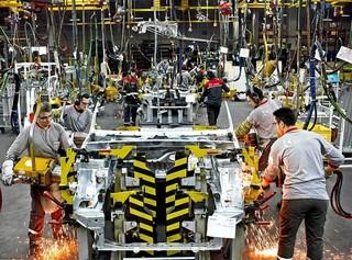 Operai al lavoro in una fabbrica di Istanbul