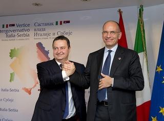Il premier italiano, Enrico Letta, con l'omologo serbo, Ivica Dacic