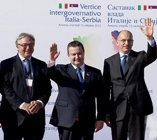 Il premier italiano, Enrico Letta, con l'omologo serbo, Ivica Dacic, e il governatore delle Marche, Gian Mario Spacca