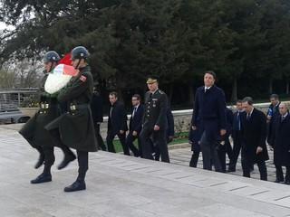 Il presidente del Consiglio Matteo Renzi in visita presso il mausoleo di Anitkabir
