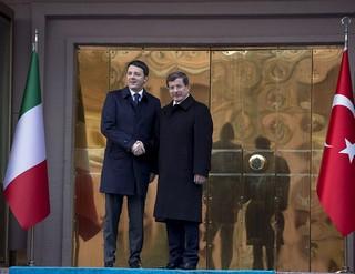 Il premier italiano, Matteo Renzi, con l'omologo turco, Ahmet Davutoglu