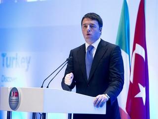 Il presidente del Consiglio italiano Matteo Renzi al business forum di Istanbul