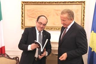 L'ambasciatore italiano a Pristina, Michael Giffoni, con il presidente del Kosovo, Behgjet Pacolli