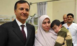 Il ministro Frattini con uno dei bambini portati in Italia per cure