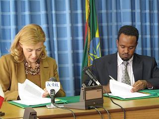 La direttrice generale della Cooperazione allo Sviluppo, Elisabetta Belloni, e il vice-ministro delle Finanze etiopico, Ahmed Shide