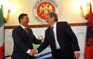 Il ministro degli Esteri, Franco Frattini, con il premier albanese, Sali Berisha