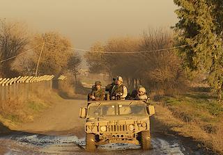 Militari albanesi e statunitensi di pattuglia in Afghanistan