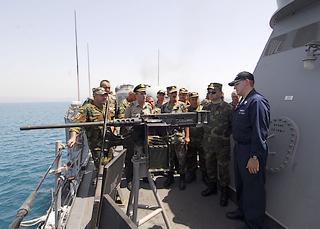 Ufficiali del Comando Forze congiunte albanesi visitano la fregata lanciamissili Uss Taylor