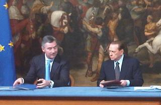 Silvio Berlusconi e, a sinistra, il premier montenegrino, Milo Djukanovic
