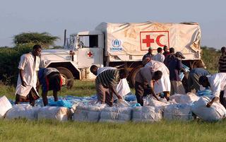 Lavoratori dell'Unhcr raccolgono aiuti per la popolazione del Kenya