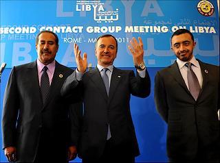 Frattini con il premier del Qatar, Hamad Al-Thani, ed il ministro degli Esteri degli Emirati, Abdullah Al-Nahyan