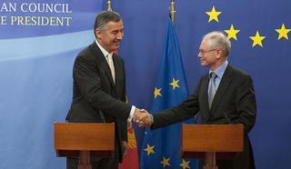 Il premier del Montenegro,  Milo Djukanovic, (a sinistra) con il presidente permanente dell'Ue, Herman van Rompuy