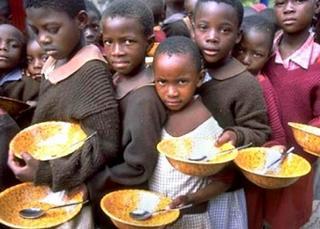 Bambini africani in attesa di un pasto