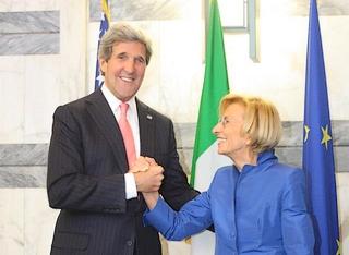 Il segretario di Stato Usa, John Kerry, con il ministro degli Esteri italiano, Emma Bonino